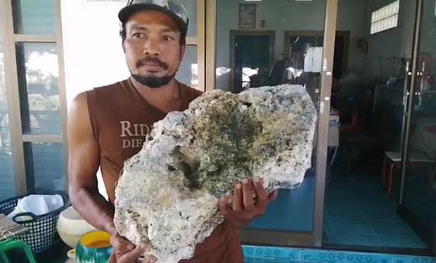바다의 로또 용연향 해변서 주운 태국 남성..8억원 횡재 - 복사본.jpg