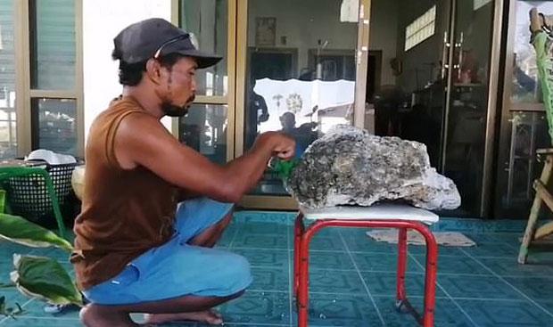 바다의 로또 용연향 해변서 주운 태국 남성..8억원 횡재1.jpg