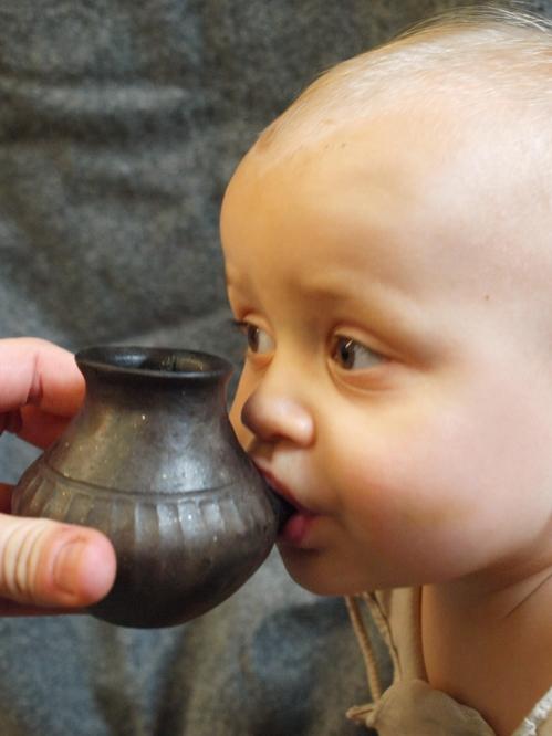 약 5천년 전 선사시대부터 젖병에 동물젖 담아 유아 먹여.jpg